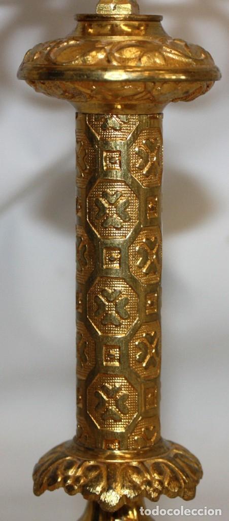 Antigüedades: PAREJA DE CANDELABROS NEOGOTICOS DE 4 LUCES REALIZADOS EN BRONCE CON BONITAS DECORACIONES - Foto 5 - 178561270
