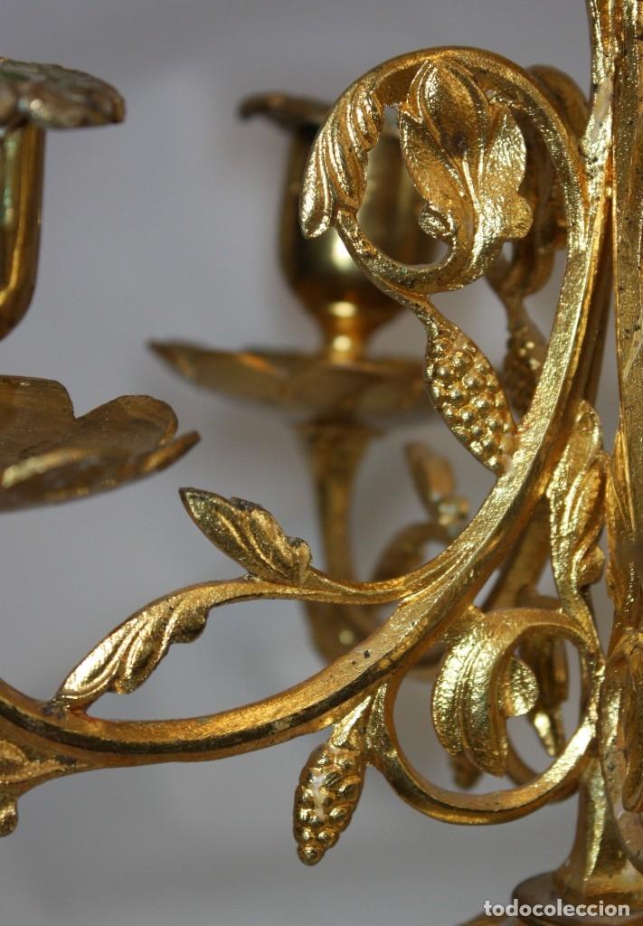 Antigüedades: PAREJA DE CANDELABROS NEOGOTICOS DE 4 LUCES REALIZADOS EN BRONCE CON BONITAS DECORACIONES - Foto 8 - 178561270