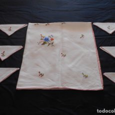 Antigüedades: BONITO MANTEL DE HILO EN TONO BEY BORDADO A MANO, TIENE 6 SERVILLETAS, MIDE 97 X 93 CMS.. Lote 178603642