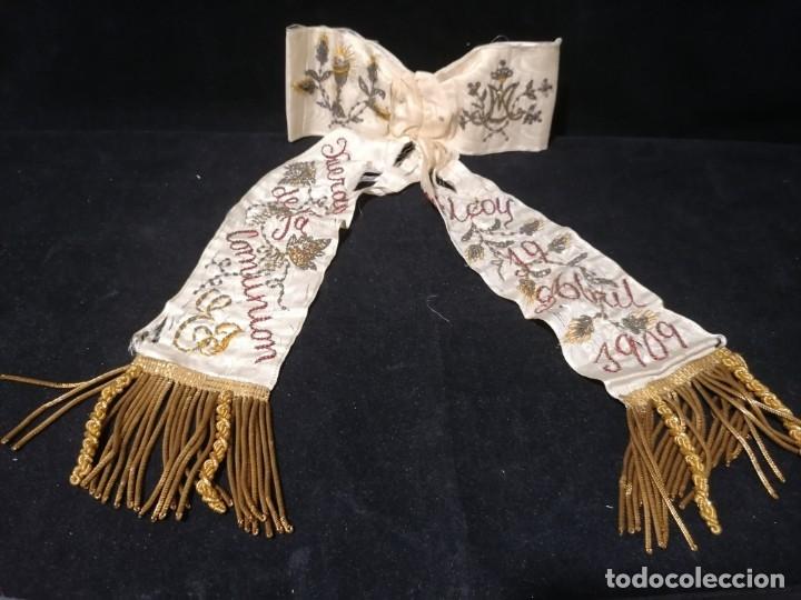 Antigüedades: Antiguo lazo primera comunion de seda bordado hilo oro y plata de 1909 - Foto 2 - 178621842