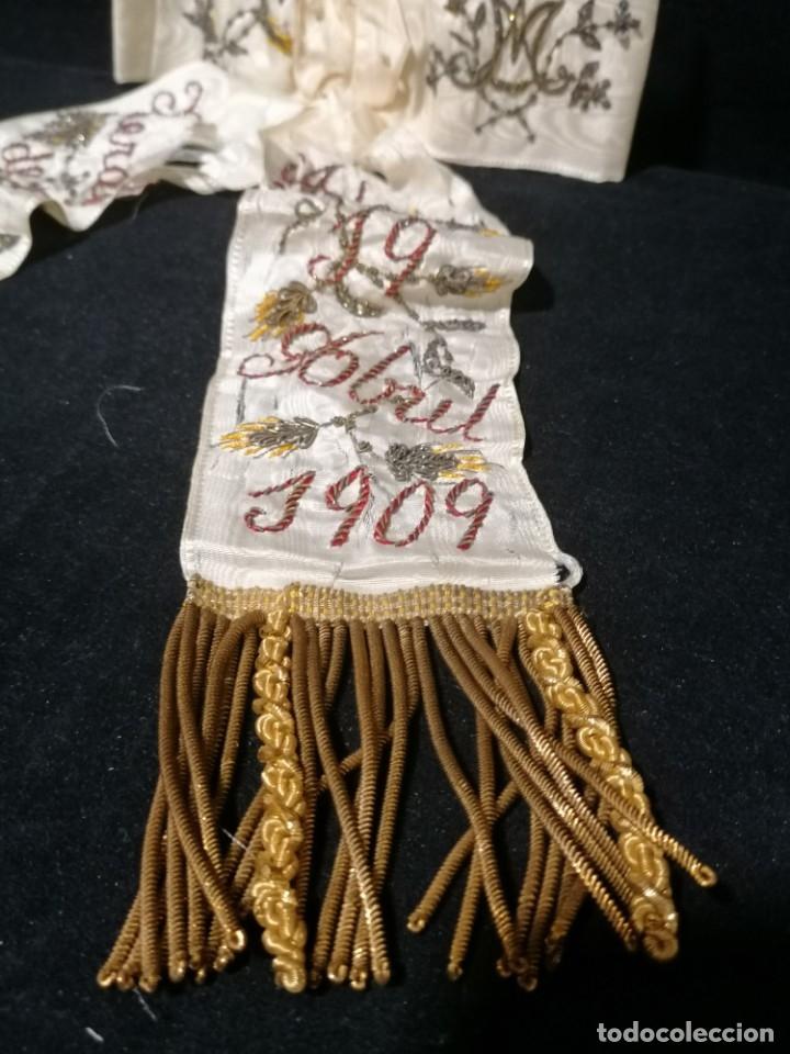 Antigüedades: Antiguo lazo primera comunion de seda bordado hilo oro y plata de 1909 - Foto 4 - 178621842