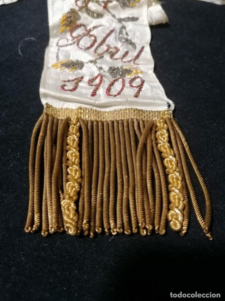 Antigüedades: Antiguo lazo primera comunion de seda bordado hilo oro y plata de 1909 - Foto 7 - 178621842