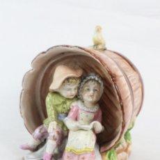 Antigüedades: BOMBONERA EN PORCELANA SEMI VITRIFICADA, TONEL CON NIÑOS - SITZENDORF CA 1900. Lote 178652160