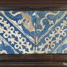 Antiquités: PAREJA DE AZULEJOS. DECORADOS A MANO. CERÁMICA CATALANA. ESTILO GÓTICO. SIGLO XVI-XVII. Lote 178652402