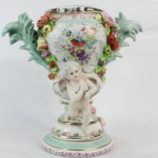 Antigüedades: JARRON TIBOR EN PORCELANA VITRIFICADA DE MEISSEN - ANGELES CHERUBS RODEANDO JARRON FLORAL - CA 1900. Lote 178653275