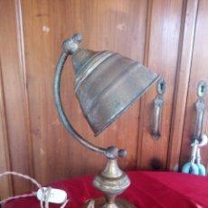 Antigüedades: LAMPARA SOBREMESA EN LATÓN DESPACHO ESCRITORIO,CON UNA BONITA PÁTINA,ENCHUFE TAURUS. Lote 178726995
