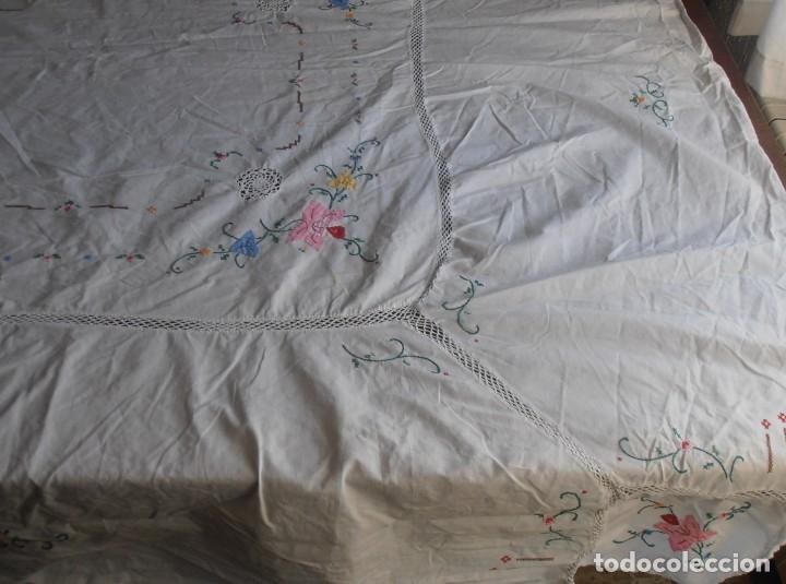 Antigüedades: MANTEL BLANCO BORDADO A MANO CON GANCHILLO , 240 CM DE LARGO - Foto 4 - 178769116