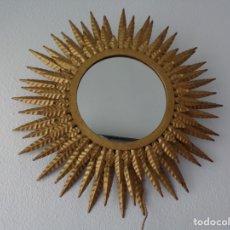 Antigüedades: PRECIOSO ESPEJO DE SOL METALICO DORADO CON RAYOS DOBLES CON POSIBILIDAD DE HACERLO LAMPARA TAMBIEN. Lote 178773311