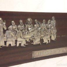 Antigüedades: BELLO ANTIGUO CUADRO ULTIMA CENA METAL REPUJADO PLATEADO SOBRE MADERA 45X20CM. Lote 178775765