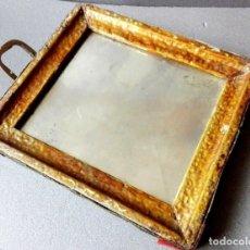 Antigüedades: VIEJO ESPEJO EN UN MARCO DE MADERA GRABADO. Lote 178780236