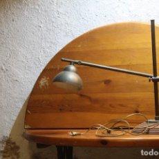 Antigüedades: VINTAGE LAMPARA DE SOBRE MESA ABATIBLE AJUSTABLE DE LATON Y MADERA NOBLE DESEÑO ITALIANO AÑOS 70. Lote 178786095