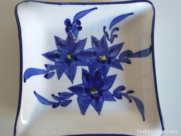 Antigüedades: Pequeño plato decorativo. Cerámica. Pintura decorativa de flores - Foto 2 - 178805347