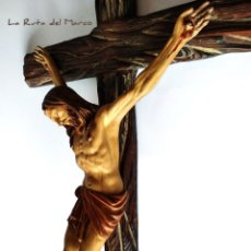 Antigüedades: FIGURA DE JESUCRISTO EN CRUCIFIJO DE MADERA - PASTA DE ESCAYOLA - CRISTO EN LA CRUZ - INRI. Lote 178806457