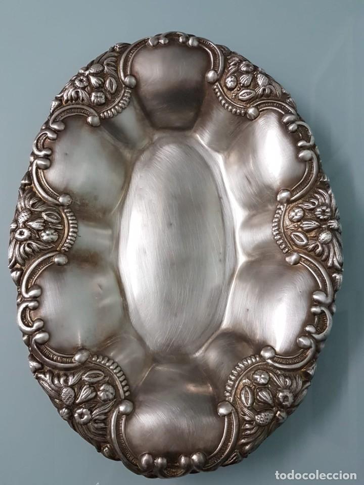 FRUTERO PANERA. METAL PLATEADO. 36X27 CM. DECORADA. MAJESTUOSA. (Antigüedades - Platería - Bañado en Plata Antiguo)