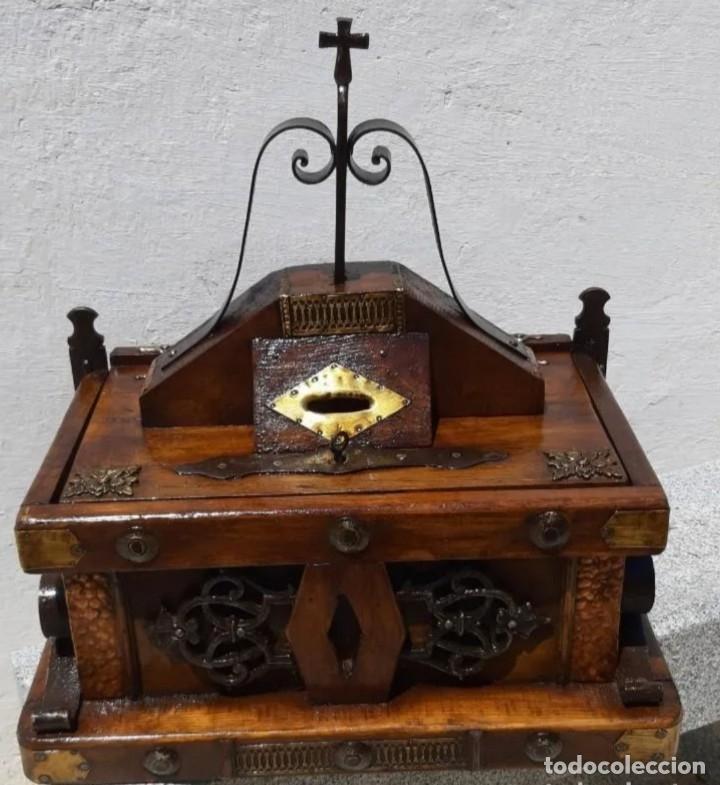 LIMOSNERO DE MADERA Y FORJA (Antigüedades - Varios)