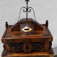 Antigüedades: LIMOSNERO DE MADERA Y FORJA. Lote 178831102