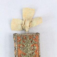 Antigüedades: ESCAPULARIO S XIX. SEDA E HILOS DE ORO, 6.5X5 CM SIN LA LAZADA, GRAN TAMAÑO. Lote 178843265