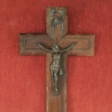 Antigüedades: CRUCIFIJO, CRISTO METAL, CRUZ MADERA CON INCRUSTACIONES DE METAL. Lote 178845325