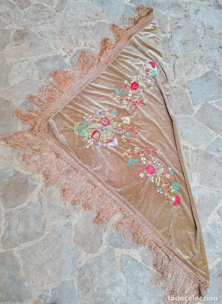 Antigüedades: Antiguo manton de terciopelo brodado a mano en triangulo - Foto 2 - 178854047
