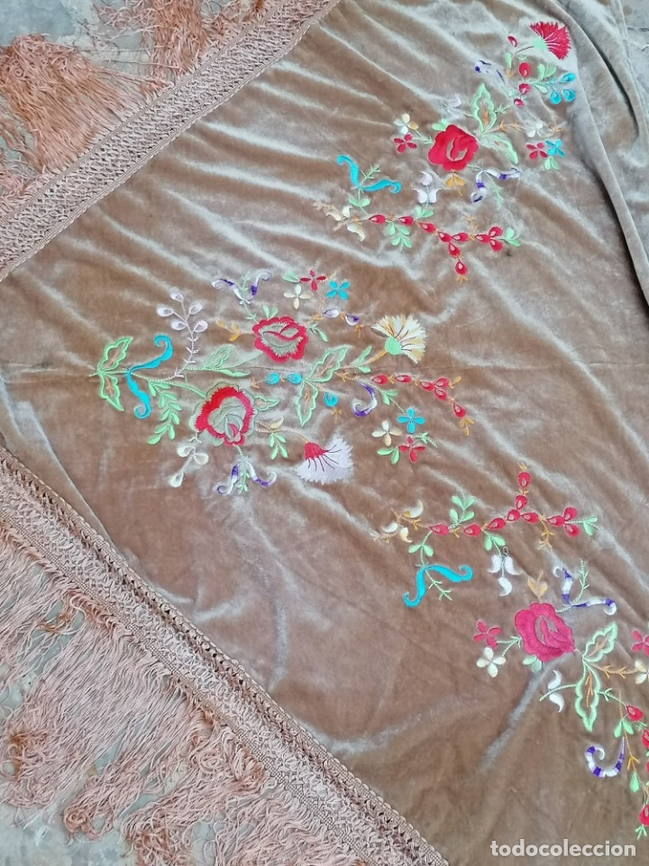 Antigüedades: Antiguo manton de terciopelo brodado a mano en triangulo - Foto 3 - 178854047