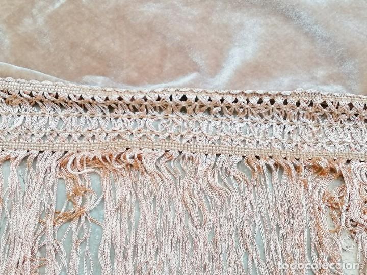 Antigüedades: Antiguo manton de terciopelo brodado a mano en triangulo - Foto 7 - 178854047