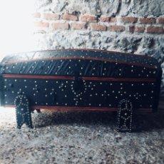 Antigüedades: BAUL TACHUELAS SIGLO XVIII DE VIAJE PERFECTO ESTADO FORRADO EN PIEL CON 2 BASES . Lote 178856176