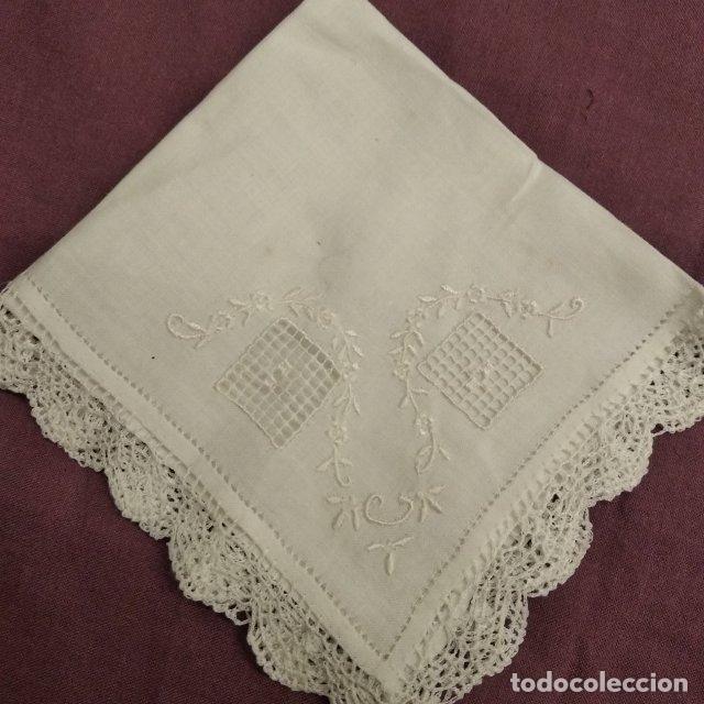 ANTIGUO PAÑUELO DE HILO FINO CON BORDADOS (Antigüedades - Moda - Pañuelos Antiguos)