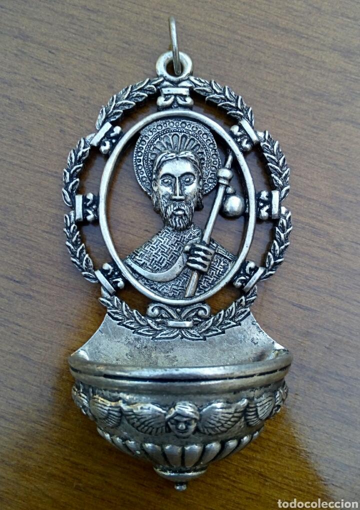ANTIGUA BENDITERA DE SANTIAGO APOSTOL. METAL PLATEADO CON GRABADOS. (Antigüedades - Religiosas - Benditeras)