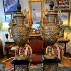 Antigüedades: SOBERBIA PAREJA DE JARRONES CON BAÑO DE ORO FINO . Lote 178892333