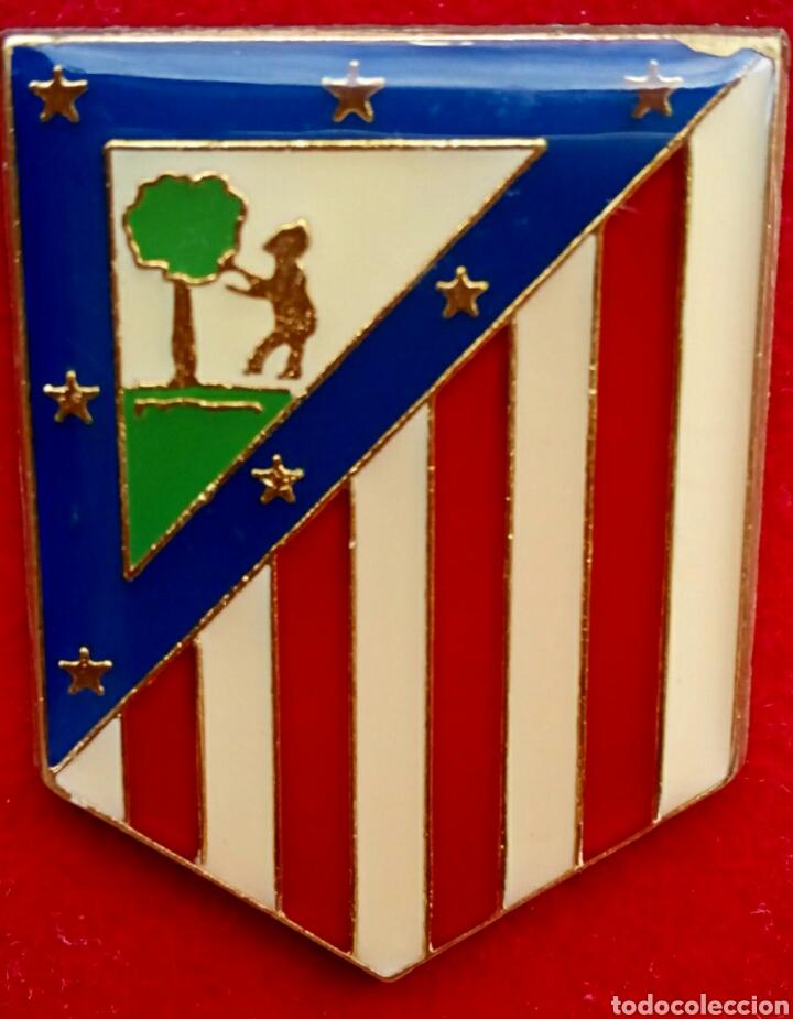 Antigüedades: Antiguo escudo del Atletico de Madrid. Enmarcado en terciopelo y oro. - Foto 2 - 178898733