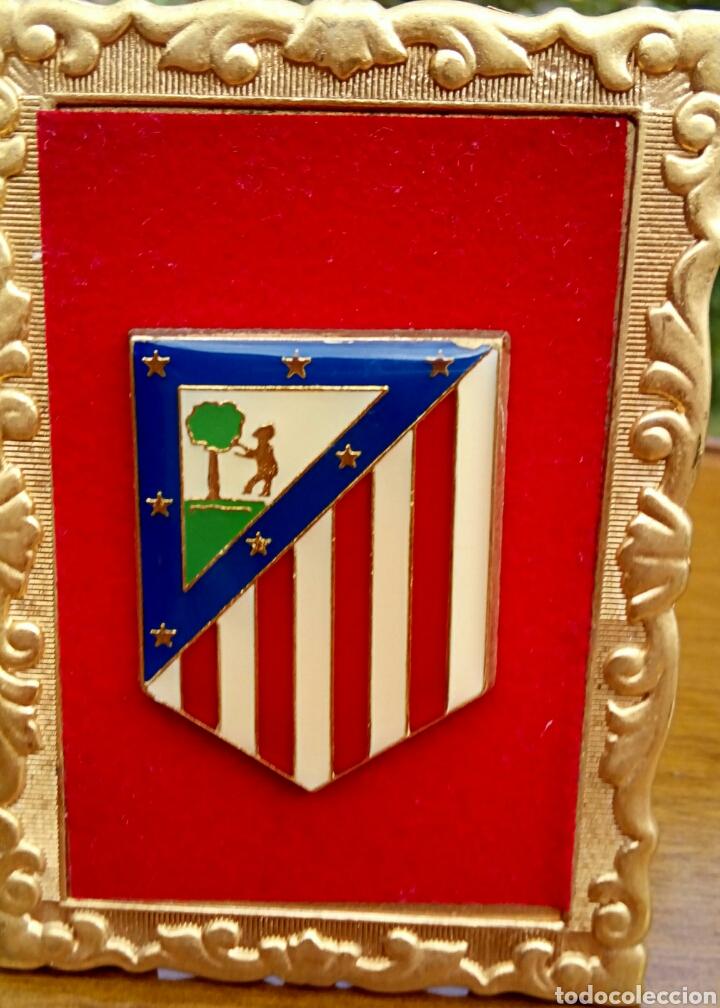 Antigüedades: Antiguo escudo del Atletico de Madrid. Enmarcado en terciopelo y oro. - Foto 4 - 178898733