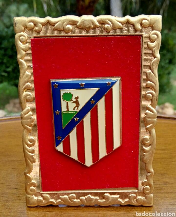 Antigüedades: Antiguo escudo del Atletico de Madrid. Enmarcado en terciopelo y oro. - Foto 5 - 178898733