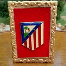 Antigüedades: ANTIGUO ESCUDO DEL ATLETICO DE MADRID. ENMARCADO EN TERCIOPELO Y ORO.. Lote 178898733