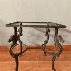 Antigüedades: MESITA AUXILIAR DE HIERRO FORJADO CON PATAS FORMA CABALLO. Lote 178910020