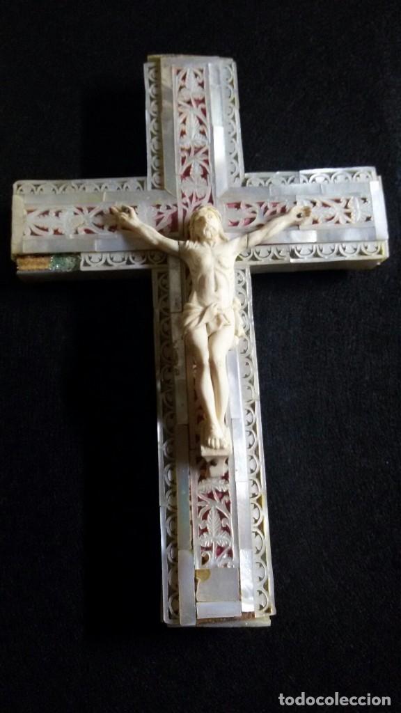 PRECIOSA CRUZ DE JERUSALEM EN MADERA Y NACAR TRABAJADO, CRISTO REALIZADO EN HUESO O MARFIL (Antigüedades - Religiosas - Cruces Antiguas)