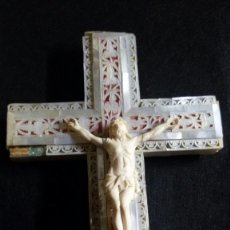 Antigüedades: PRECIOSA CRUZ DE JERUSALEM EN MADERA Y NACAR TRABAJADO, CRISTO REALIZADO EN HUESO O MARFIL. Lote 178911713