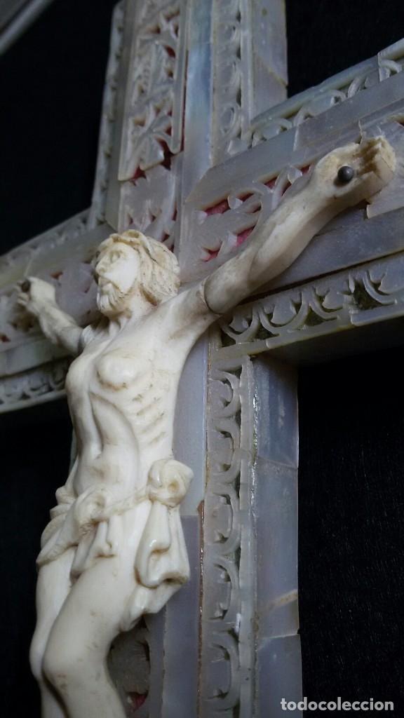Antigüedades: PRECIOSA CRUZ DE JERUSALEM EN MADERA Y NACAR TRABAJADO, CRISTO REALIZADO EN HUESO O MARFIL - Foto 9 - 178911713