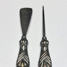 Antigüedades: JUEGO DE CALZADOR Y GANCHO PARA BOTONES CORDONES DE BOTAS SIGLO XIX. Lote 178912252