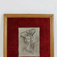 Antigüedades: CUADRO PEQUEÑO DAMA EN METAL - FIRMADO. Lote 178920357
