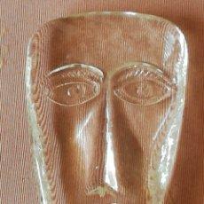 Antigüedades: PISAPAPELES DE CRISTAL TALLADO REPRESENTANDO UNA CARA. Lote 178968063