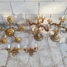 Antigüedades: DOS CANDELABROS, DOS APLIQUES Y UNA LÁMPARA DE TECHO - BRONCE O LATON. Lote 178972053