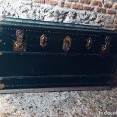 Antigüedades: BAUL DE VIAJE MARCA ARBITER CARACAS MADE IN ITALY BANDEJA INTERIOR EN RASO 110X56X55 CM 1º MITAD SXX. Lote 178974073