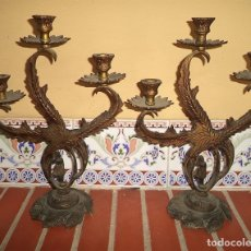 Antigüedades: PAREJA ANTIGUOS CANDELABROS DE BRONCE 3 BRAZOS MOTIVO FLORAL CON MUÑECA MIDEN 36 CM DE ALTO POR 25 D. Lote 178983636