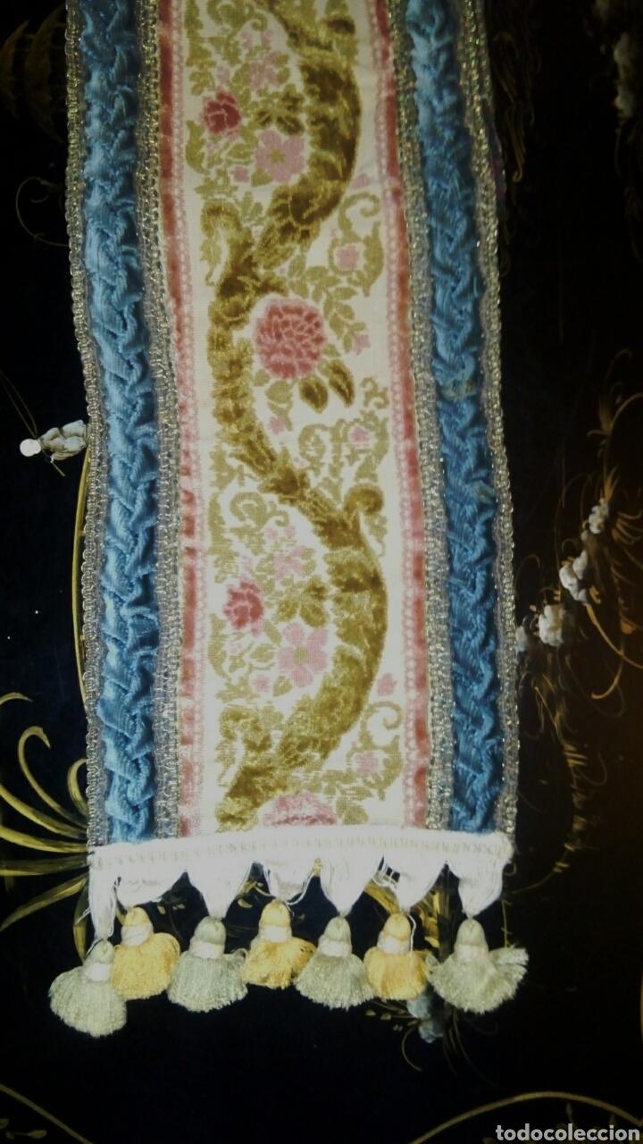 Antigüedades: Camino de mesa. Tapete. Bordado a mano. Con borlas laterales. Vintage. 135 cm. Años 1950. - Foto 2 - 178999293