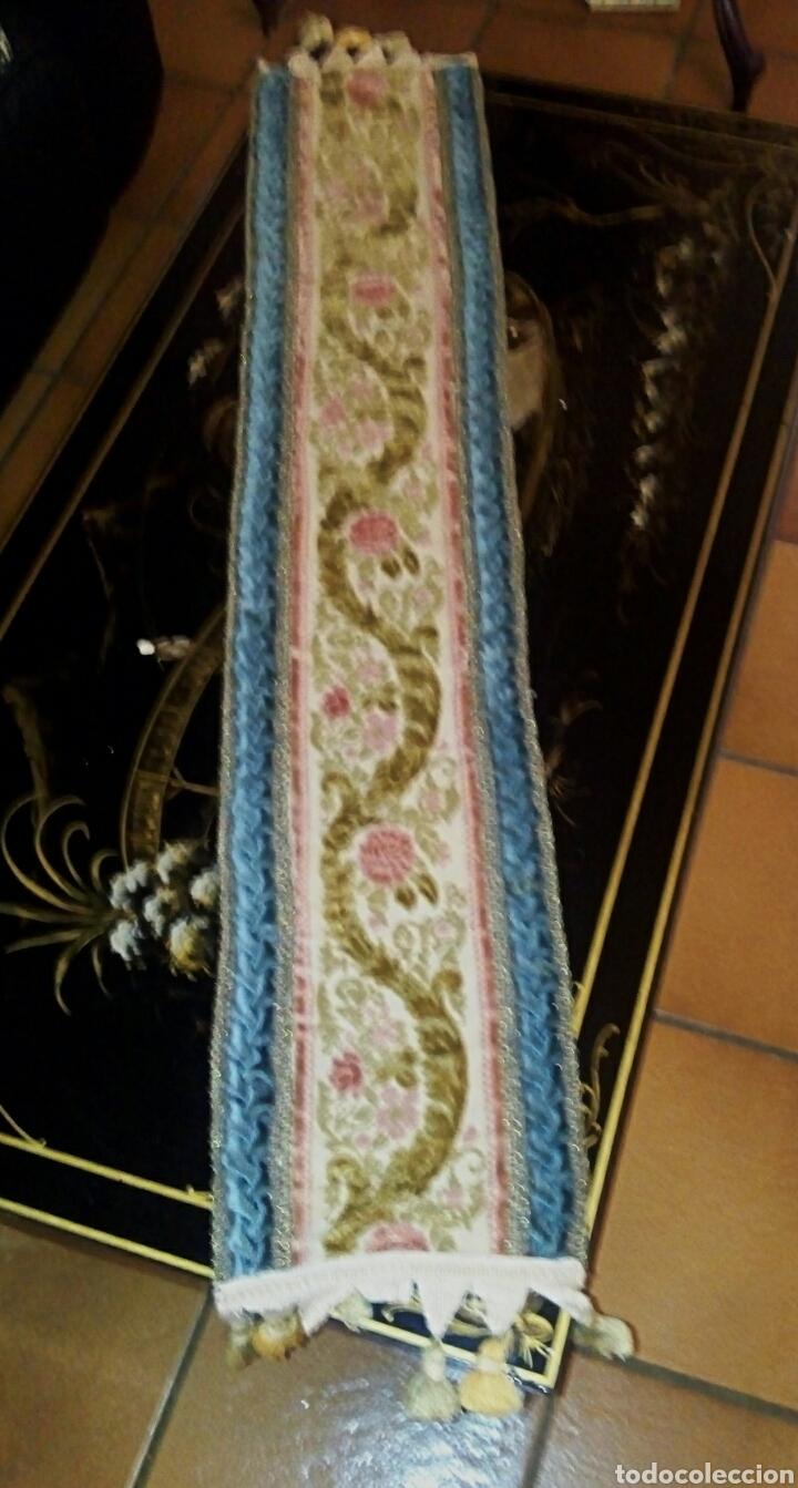 Antigüedades: Camino de mesa. Tapete. Bordado a mano. Con borlas laterales. Vintage. 135 cm. Años 1950. - Foto 3 - 178999293