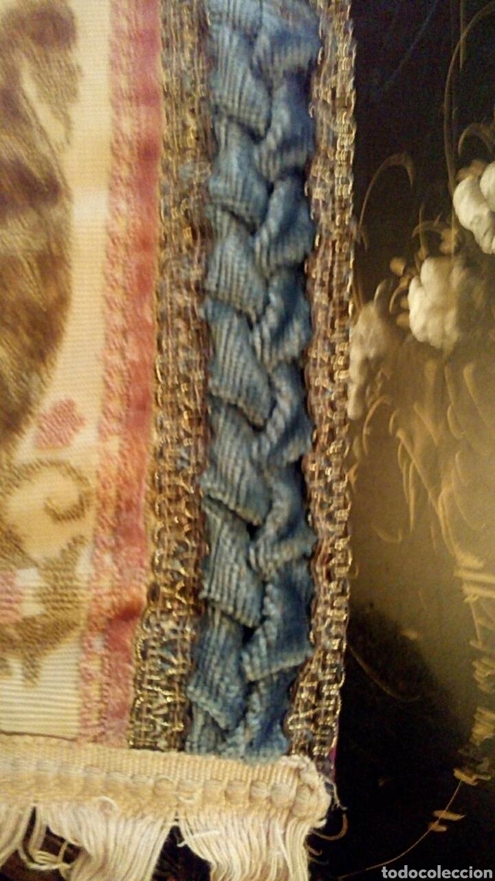 Antigüedades: Camino de mesa. Tapete. Bordado a mano. Con borlas laterales. Vintage. 135 cm. Años 1950. - Foto 4 - 178999293