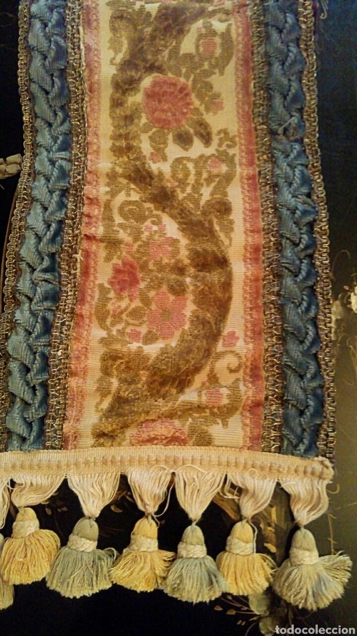 Antigüedades: Camino de mesa. Tapete. Bordado a mano. Con borlas laterales. Vintage. 135 cm. Años 1950. - Foto 5 - 178999293