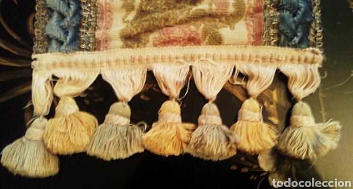 Antigüedades: Camino de mesa. Tapete. Bordado a mano. Con borlas laterales. Vintage. 135 cm. Años 1950. - Foto 6 - 178999293