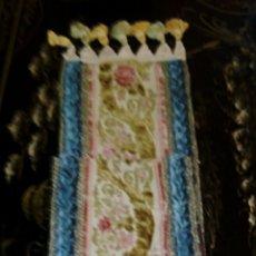 Antigüedades: CAMINO DE MESA. TAPETE. BORDADO A MANO. CON BORLAS LATERALES. VINTAGE. 135 CM. AÑOS 1950.. Lote 178999293
