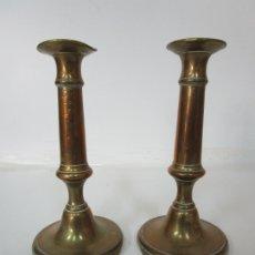 Antigüedades: ANTIGUA PAREJA DE CANDELABROS - CANDELABRO BRONCE CINCELADO - S. XVIII-XIX. Lote 179006360